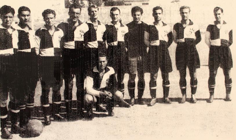 1940'ların başında Beşiktaş takımı. Faruk Hızal sağdan dördüncü oyuncu. Onun sağındaki, ünlü oyuncu Kemal Gülçelik. Sağ baştaki Hakkı Yeten. Oturan Vecdi Çapa.