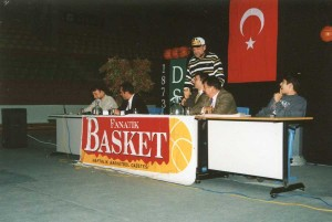 2000 Nisan. Darüşşafaka'da Fanatik Basket dergisi ile düzenlenen panelden... Orhun Ene, Erman Kunter, Azmi Özkardeş, İsmet Badem, Nedim Karakaş, Gökhan Sunter