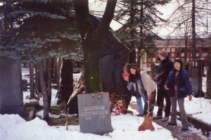 13 Aralık 2000. Moskova Nazım Hikmet'in mezarı. Maç öncesi Moskova'yı öğrencilerimizle gezerken Aysun Metin (2001), İlknur Güven (2001), Eda Köksal (2000), Günay Öztürk (2001)