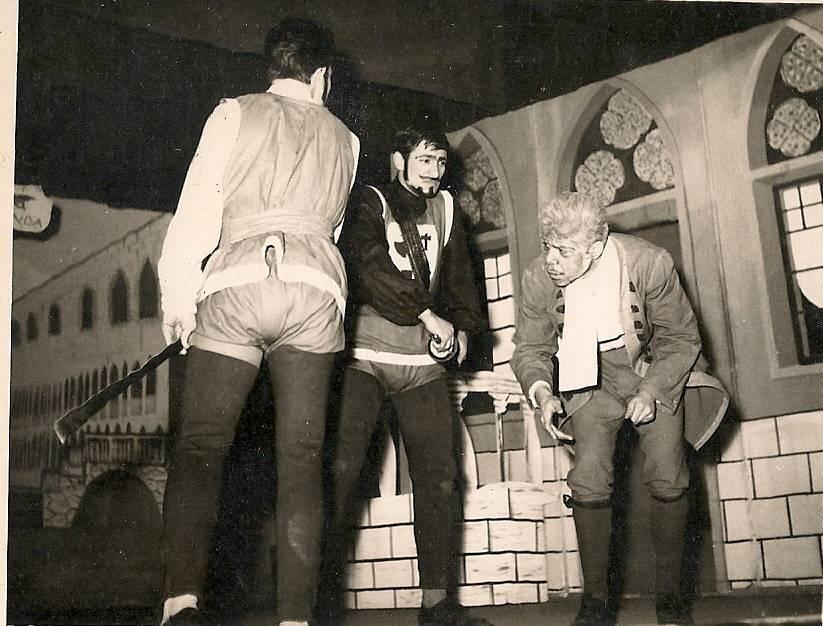 1959-1960 Lise son sınıf piyesten bir bölüm. 1) Sırtı dönük Yalancı rolünde Erdem Avun. 2) Siyah beyaz elbiseli Ottavio rolünde Alpakın Engin. 3) Sağda ak saçlı, kızların babası rolünde Yaşar Erol