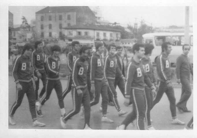 1972 Nisan. Samsun Basketbol turnuvası öncesi yürüyüş. En arkadan sayarsak beşinci benim (kameraya bakan ve diğerlerine göre daha esmer görünen). Sol yanımda BÜ'de misafir öğrenci James Sowerwine. Şimdi ABD'de olan James'le arada görüşürüz.