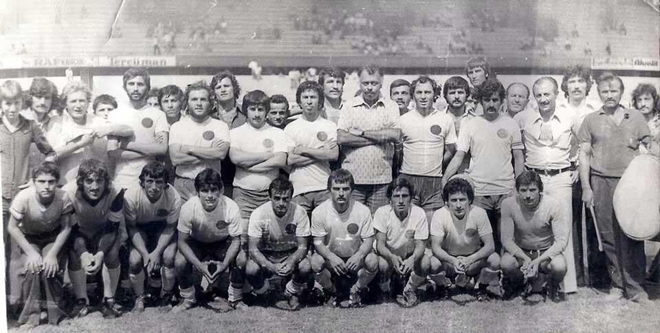 1976 yılında İnönü Stadı'nda şampiyon olup İstanbul 1. Amatör Kümeye yükseldiğimiz maçtan sonra kutlamamızdan bir kare (Oturanlarda sağdan 4. Ben, sağdan 2. Cemail Baykuş ile beraber)