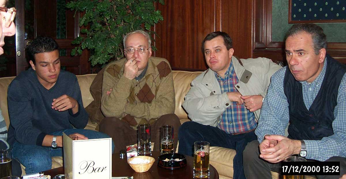 Aralık 2000, arkadaşımız Ersin Balkan'ın cenaze töreni sonrasında okul kampüsünün (?) sosyal (?) tesislerinde. Nedim Gürbüz, Ümit Kıvman'ın oğlu, Nurettin Elhüseyni, Haluk Bal, Seyfi Öngider.