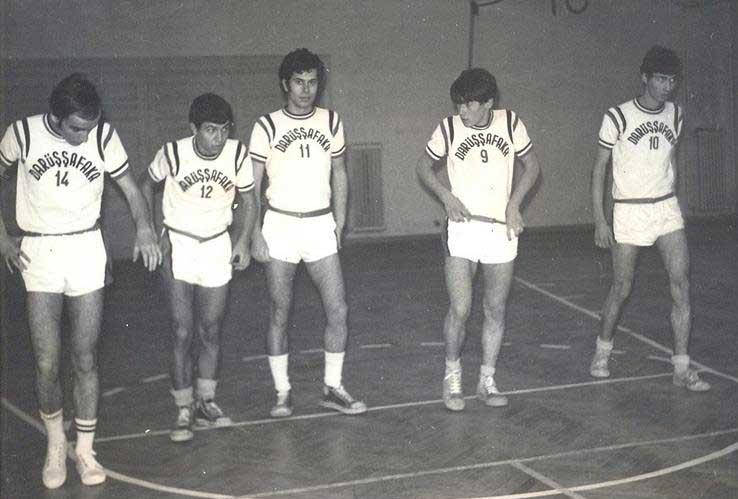 5 71/72 Lise basket takımı. Minik Levent (72'li), Selahattin Kayalar, Seyfi Öngider, Fatih Gelincik, Nurettin Elhüseyni.