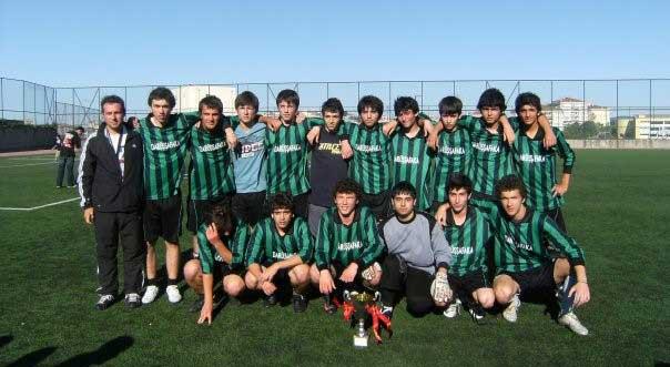2008-2009 Dostluk Ligi Namağlup Şampiyon Takım –Mertcan Yılmaz (üst grup sağdan ikinci sırada)