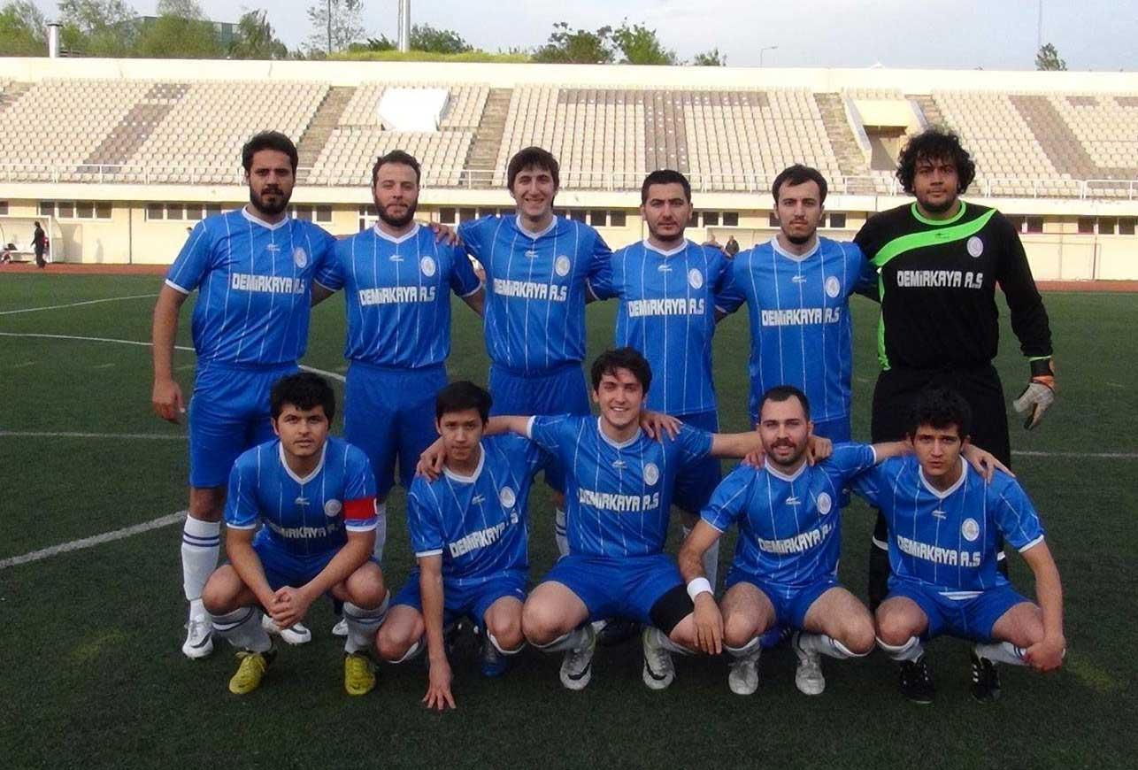 2013-2014 İTÜ Fakülteler Arası Futbol Turnuvası İkincisi Uçak ve Uzay Bilimleri Fakültesi-Mertcan Yılmaz (alt grup soldan birinci)