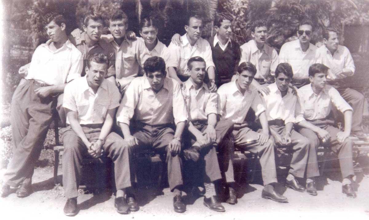 1952 Helsinki Olimpiyatları için kampa alınan İstanbul amatör karması elemanları. Hayati Baygan alt sırada sağ baştaki oyuncu. Alt sıra sağdan üçüncü, Beşiktaş ve Adalet takımlarının formasını giyen Ayhan Hançer. Ayaktaki oyuncular arasında soldan ikinci Adalet ve Karagümrük'te oynayan Cahit Candan, üçüncü Beşiktaş ve Galatasaray formaları giyip Kambur Ahmet adıyla tanınan Ahmet Berman. Sağdan üçüncü Galatasaraylı Kamil Altan.