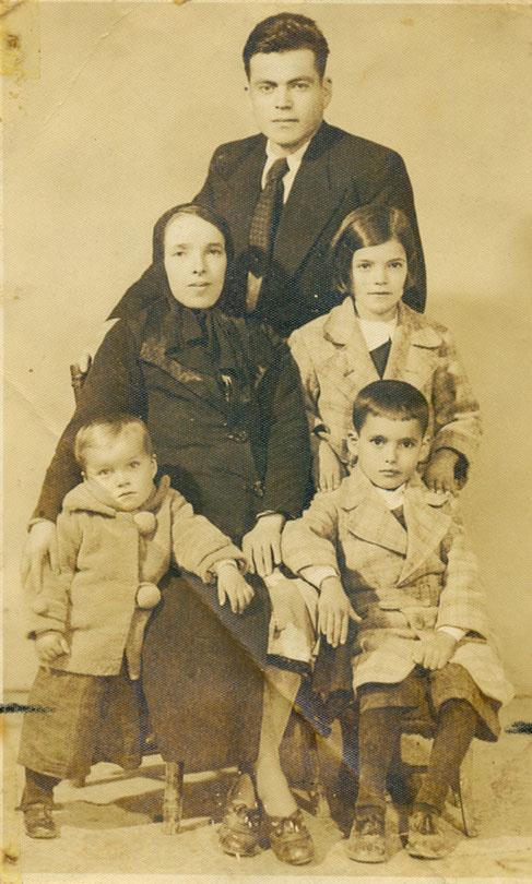 Aile fotosu. N. Turan sağ alt köşede.