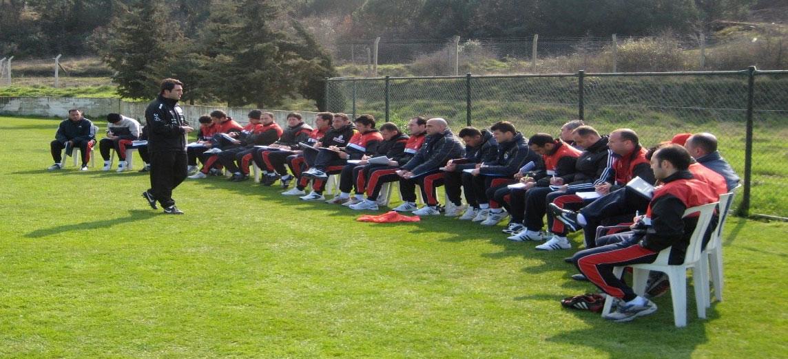 2009 yılı TFF Antrenör Eğitimi – Emrah Bayraktar eğitim verirken (Ayakta), Riva Milli Takım Tesisleri